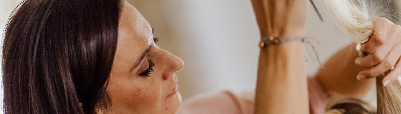 Lissi Pechmann bei der Arbeit an einer Brautfrisur